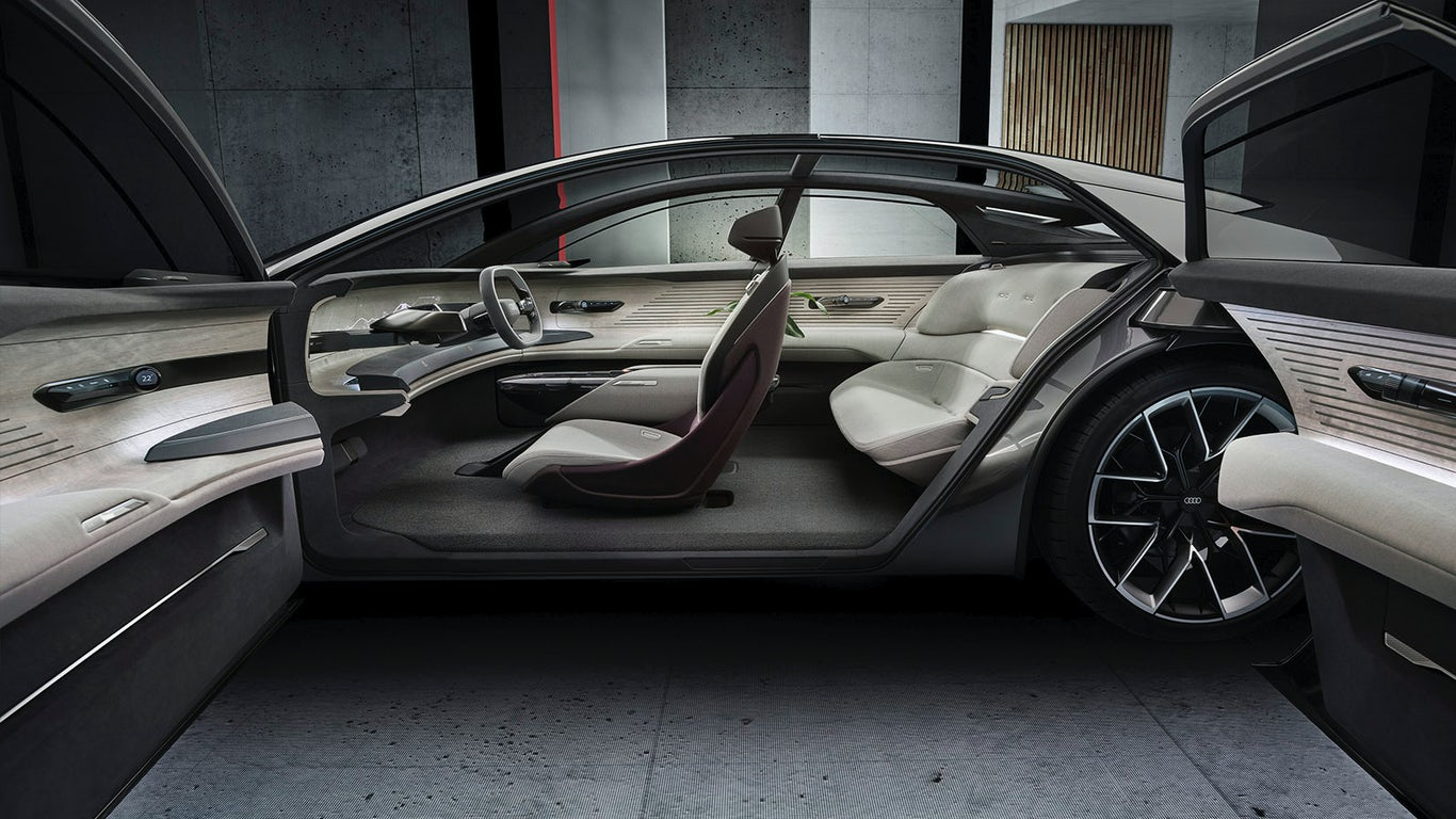 All'interno dell'Audi Grandsphere Concept c'è un abitacolo ingannevolmente spazioso, il che non sarebbe difficile date le dimensioni e il design di questa vettura. È un interno minimalista, tecnologico ed elegante, dove abbondano materiali pregiati come il legno. Con un autopilota molto avanzato, il volante può essere nascosto se il conducente lo desidera. In questo caso, un grande schermo viene proiettato sul cruscotto (dove prima c'era solo il quadro strumenti). Le funzioni di infotainment sono quasi infinite.